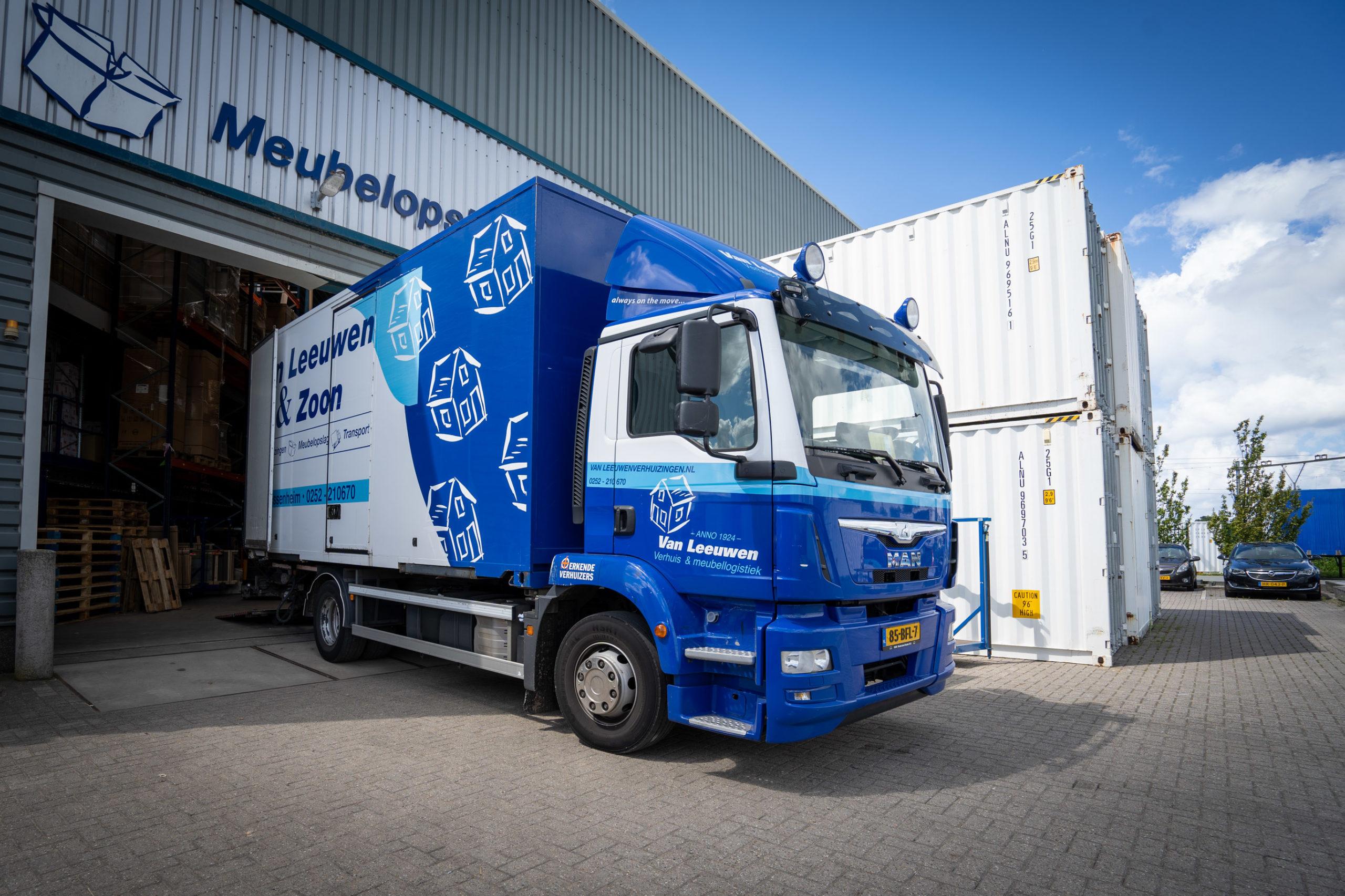Inladen vrachtwagen meubellogistiek